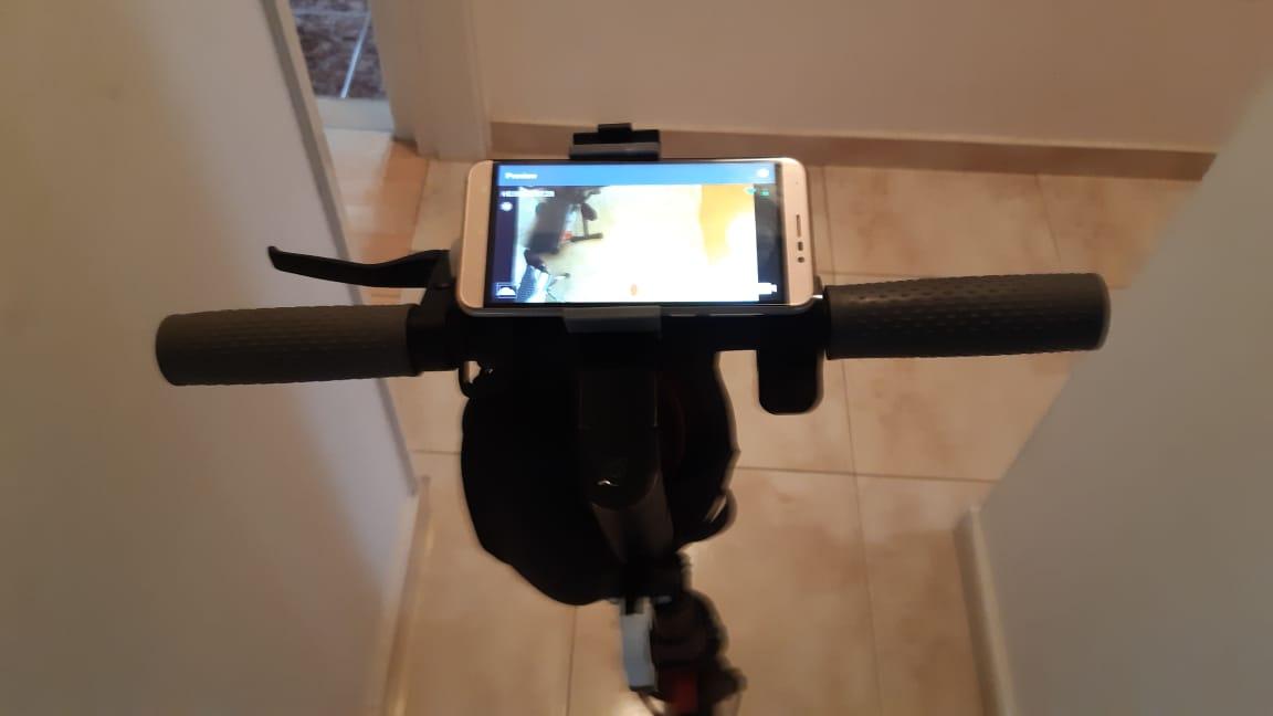 Мобильный на руле